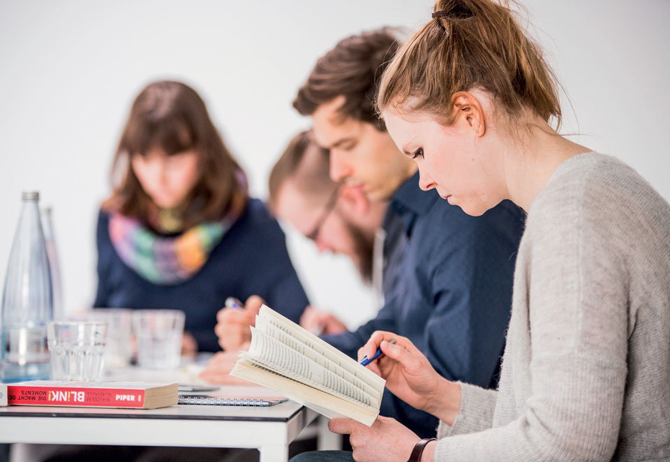 Teilnehmerin eines Speed-Reading-Seminars
